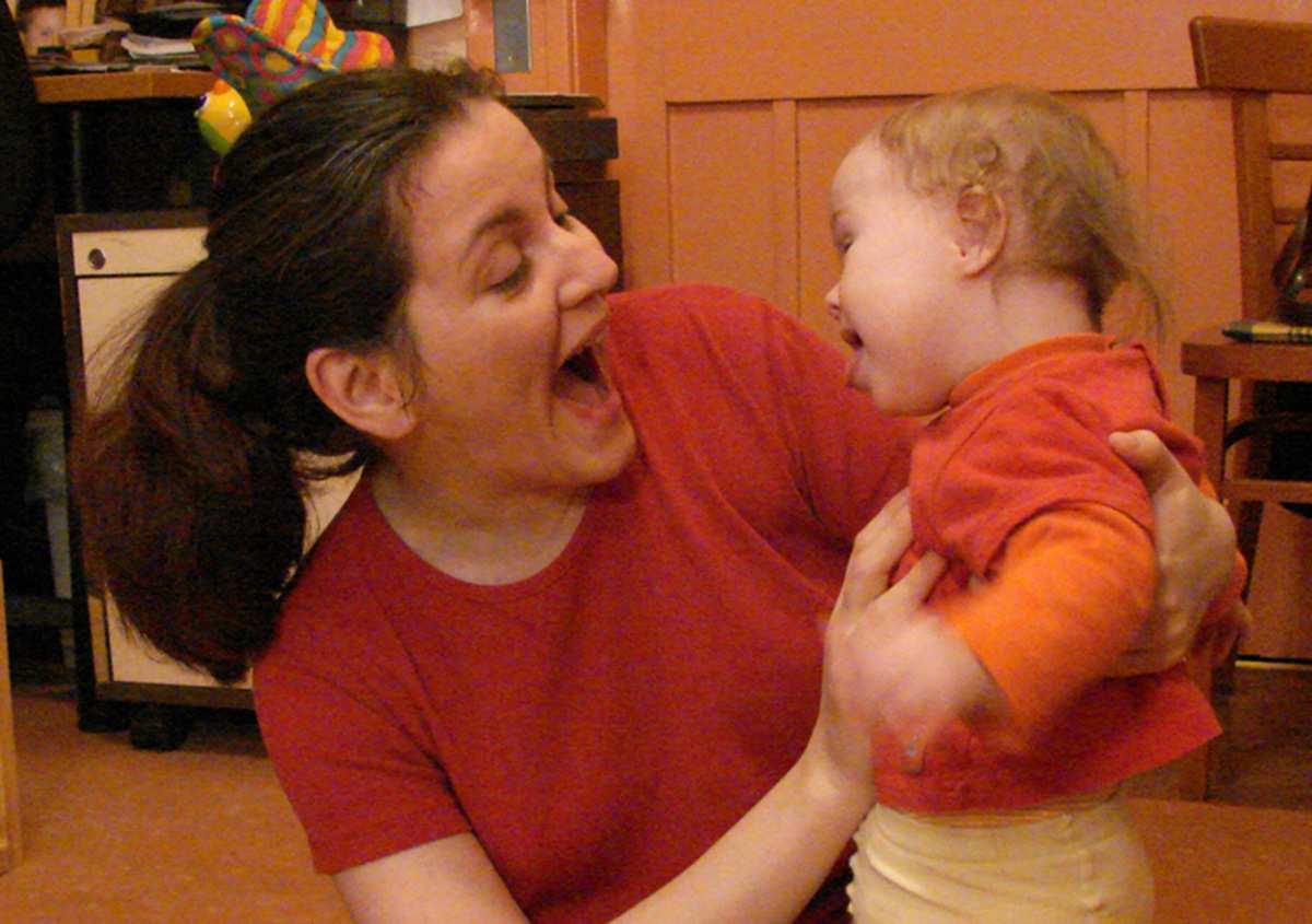 8 hónapos Down-szindrómás baba az oroszlán jelét utánozza