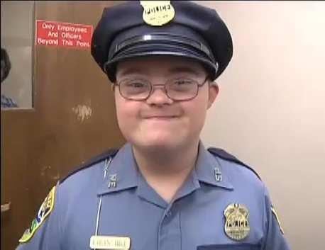 Ethan Hill, a Down-szindrómás rendőr mosolya felvidítja a várost