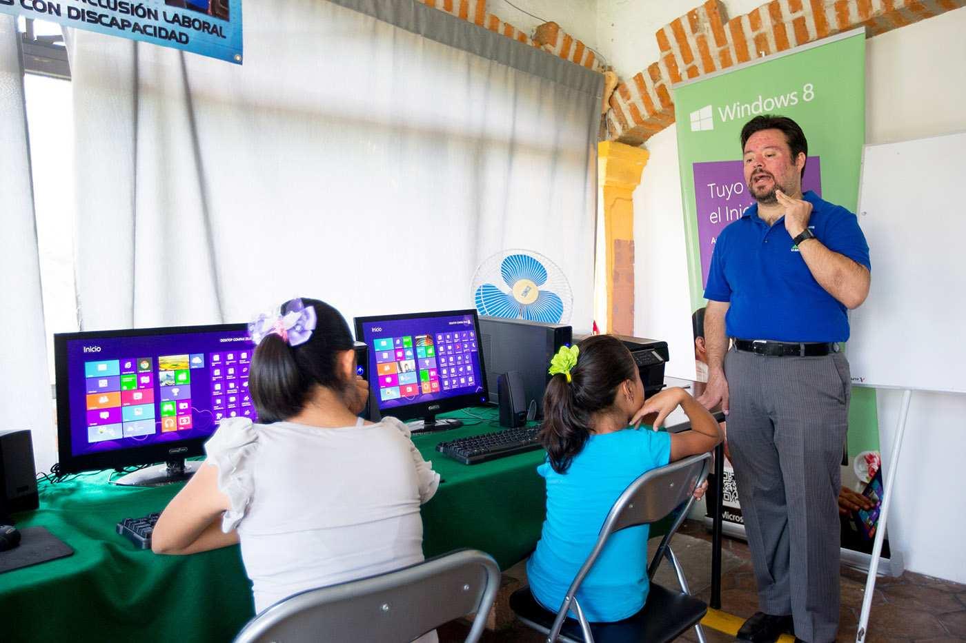 Carlos De Saro, a Down szindrómás számítástecnika tanár munka közben