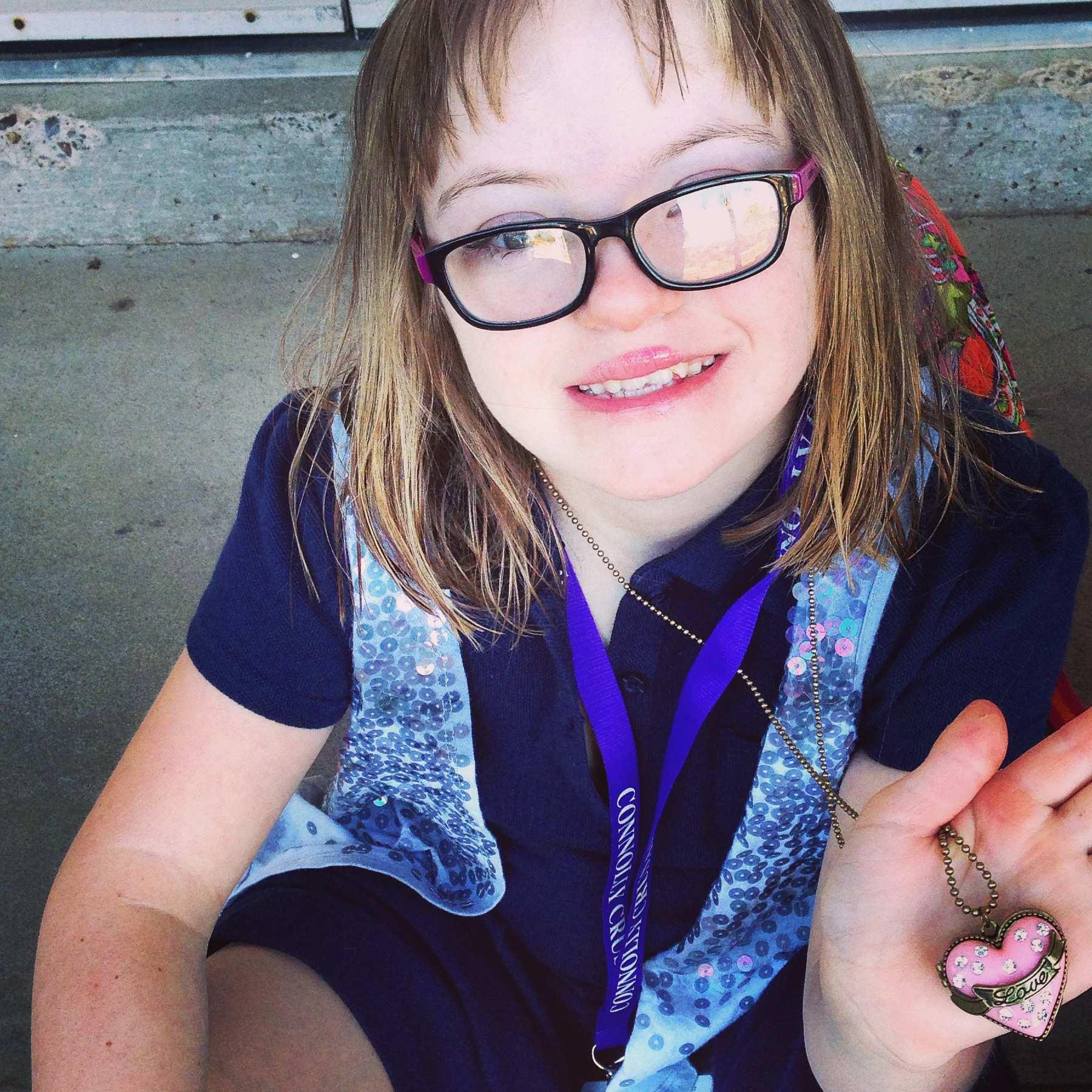 Sophie iskolai egyenruhájában