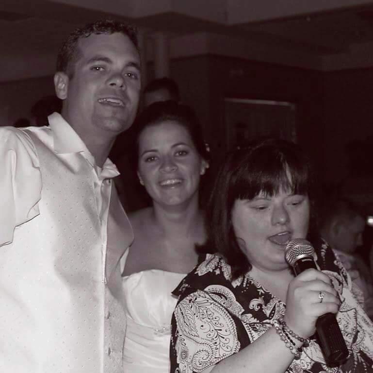 Dina Julie esküvőjén énekel