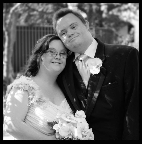 Emily és férje az esküvőjükön