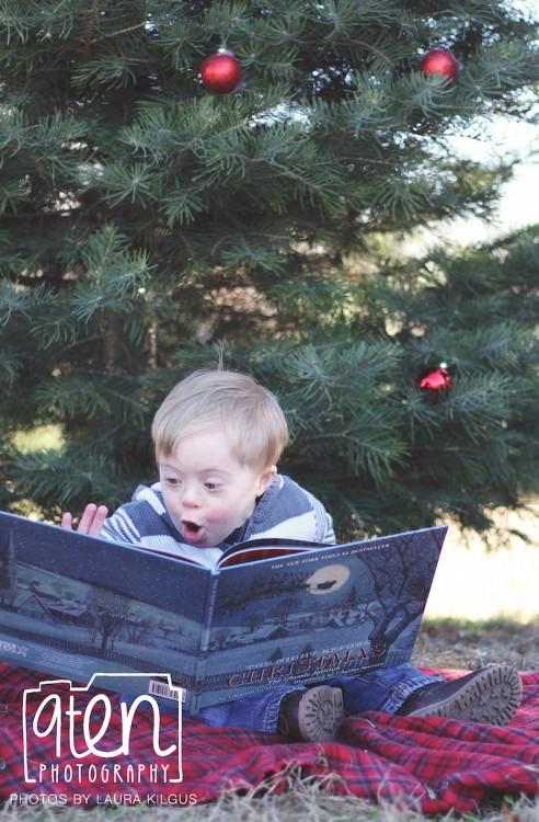 könyvvel a fa alatt