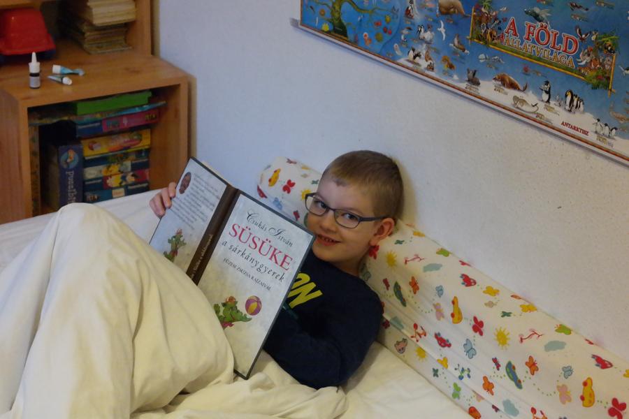 Ármin egy büszke mosoly erejéig megszakítja az olvasást